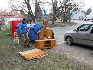 Na Rejdišti se objevil nábytek