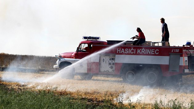 Dým z hořícího pole byl vidět až z Nymburka