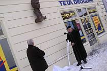 Bustu odhalili starosta Poděbrad Ladislav Langr a její autor Jan Pichl.
