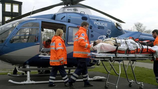 Pacienta v bezvědomí převezl vrtulník.