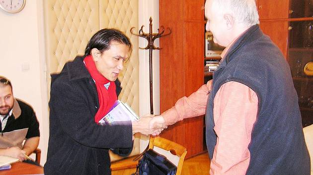 Starosta Ladislav Langr přijal otce barmské rodiny Neu Zaw  na poděbradské radnici.