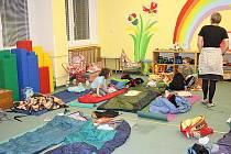 Přes šedesát přerovských dětí prožilo Noc s Andersenem v místní škole.