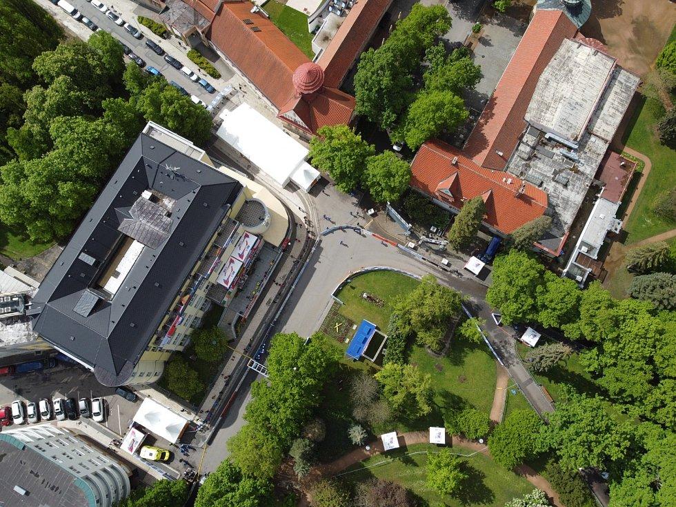Pohled na chodecké závody z dronu.