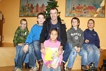 Na snímku uprostřed Rudolf Kubík s novou knížkou v obležení dětí z Dětského domova Nymburk v knihovně.