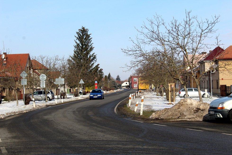 Hlavní silnice procházející obcí.