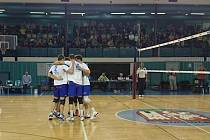 BYLO VESELO. Volejbalisté Nymburka porazili v dalším kole první ligy na své palubovce pražský tým MFF a mohli o svou radost podělit s početným publikem