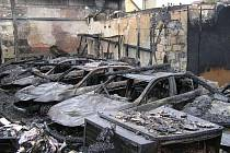 Žhář zničil dílnu s auty v Brandýse nad Labem za 25 milionů korun.