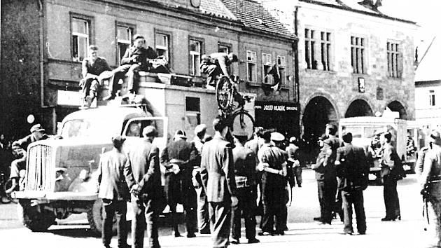 Květnové povstání. V pozadí budova nymburské radnice
