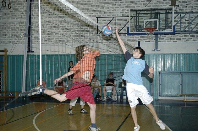 Šestnáct týmů se zúčastnilo okresního kola ve volejbale základních škol a víceletých gymnázií.