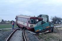 U Běrunic se střetl osobní vlak s nákladním automobilem.