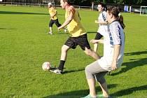 HRÁLY I MAMINKY. Rozlučka fotbalového potěru AFK Nymburk se vyvedla, fotbal si zkusili tatínkové i maminky