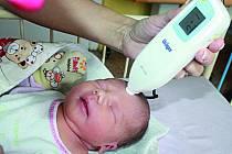 Nový přístroj v hodnotě 145 tisíc na měření žloutenky u novorozenců, tak zvaný bilirubinometr, darovala Nadace Kapka naděje Venduly Svobodové porodnici v lednu loňského roku.  Na fotografii provádí měření sestra novorozené Elišce Záhořkové.