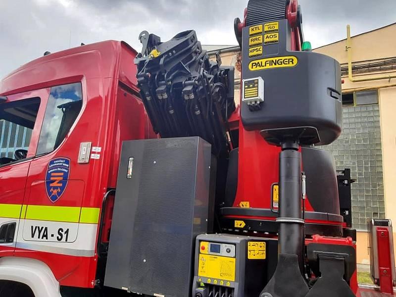 Nový vyprošťovací vůz získali nymburští hasiči Správy železnic.