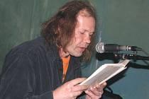Marek Slimák Slivanský při lednovém autorském čtení v nymburské kavárně U Tanečnice