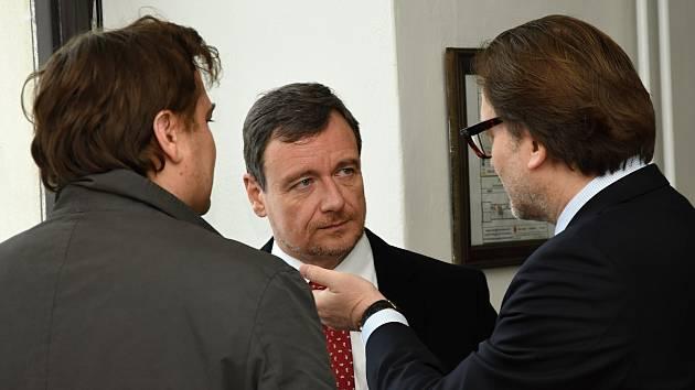 Krajský soud v Praze zahájil v úterý další kolo projednávání kauzy údajných korupčních manipulací se stavebními a zdravotnickými zakázkami Středočeského kraje (vlekoucí se již od roku 2012). Uprostřed David Rath.