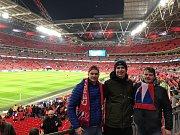 Stadion Wembley, 22. března 2019. Fanoušek Ondřej Martínek (vlevo).
