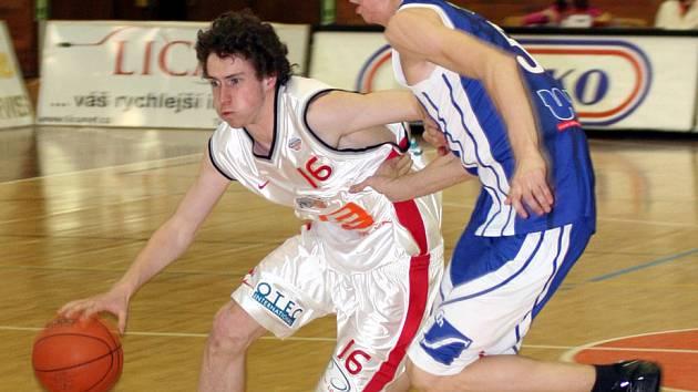Nymburský odchovanec Matěj Sýkora (vlevo) dal své první body v životě v nejvyšší soutěži.