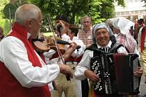 Folklor z mnoha zemí zní na kolonádě v Poděbradech