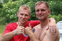 KAMARÁDI. Václav Sosnovský (vlevo) a Matěj Brabec spolu slavili postup do I.A třídy v sezoně 2014 - 2015 v Libici nad Cidlinou