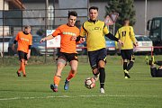 Fotbalisté Pátku (ve žlutém) prohráli doma s nováčkem ze Škvorce 0:1.