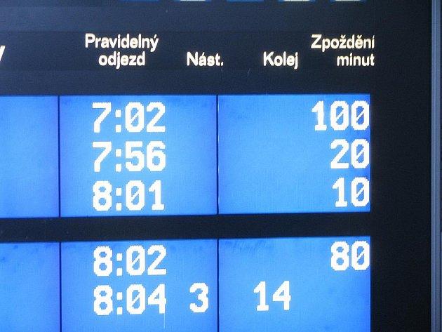 Vlaky v sobotu ráno nabraly až téměř dvě hodiny zpoždění.