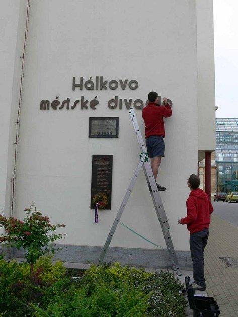 Nápis na Hálkově divadle je konečně opravený