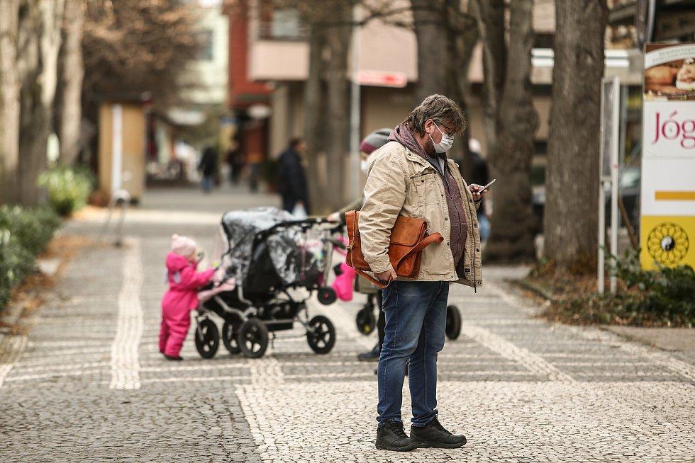 Pár seniorů a maminek na mateřské s kočárky, někdejší lázeňský ruch je ten tam. Tak vypadalo centrum Poděbrad dopoledne v úterý 16. března, když jsme ho navštívili s redakčním objektivem.