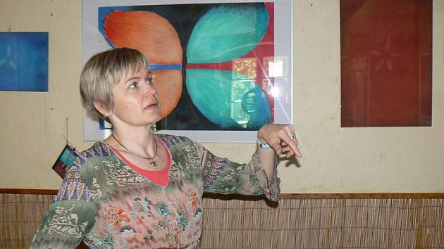 Výtvarnice Lenka Čechová a její výstava Křídla motýlí v čajovně