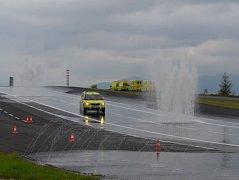 Jak uklouznout bezpečně? To se řidiči středočeských sanitek učí v Mostě.