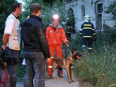 Záchranáři se po vyproštění obou zraněných osob museli i pomocí speciálně vycvičeného psa z pražské městské policie přesvědčit, zda v objektu nezůstali další lidé.