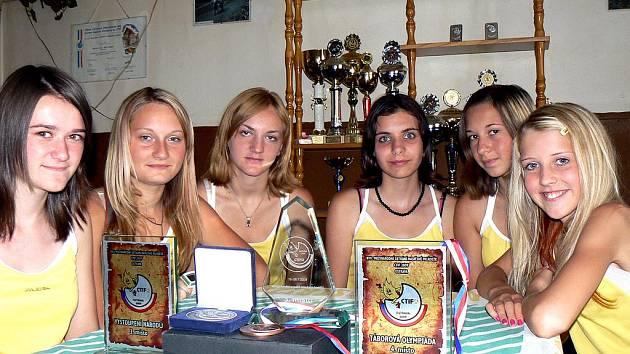 Družstvo dívek SDH Písková Lhota v hasičské klubovně, zleva: Jana Štoková (12 let), Péťa Baudyšová (15 let), Naďa Maduariy (14 let), Šárka Pavlová (14 let), Maruška Nezbedová (13 let), Alena Mašindová (13 let).