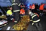 Vážná nehoda autobusu příměstské linky číslo 316 a osobního auta, k níž došlo čtyři hodiny po pátečním poledni na silnici II/240 u obce Horoměřice na Praze-západ.