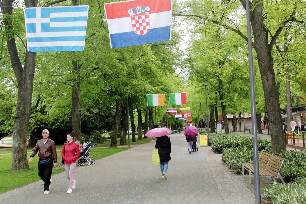 Spodní část kolonády je vyzdobena státními vlajkami účastnických zemí.