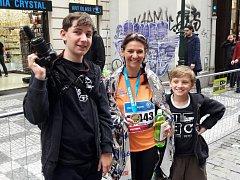 Filmař Koutek s hlavní protagonistkou, běžkyní Adélou.