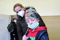 Návrat žáků do škol doprovázený povinnými testy už zažili školáci letos v dubnu. Například i v nymburské Základní škole Letců R.A.F.