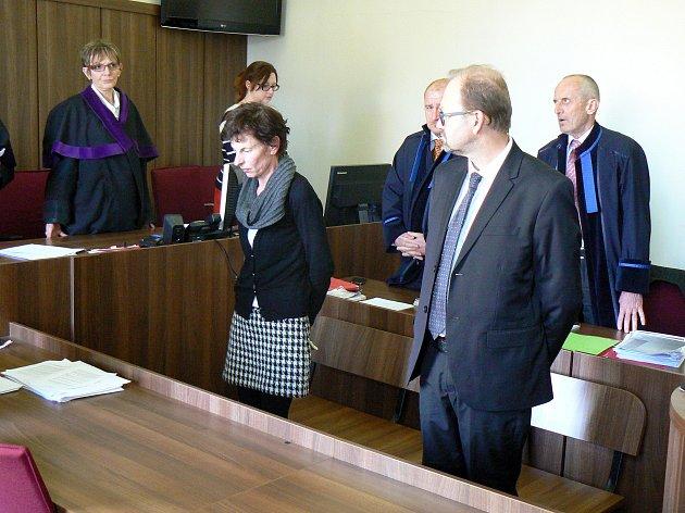 VYHLÁŠENÍ ROZSUDKU v kauze zpronevěry 4 milionů korun z obecního rozpočtu Pískové Lhoty. Zcela vpravo starosta Radovan Staněk, vedle něj účetní Vanda Špačková.