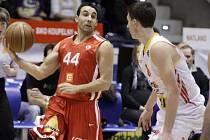 DALŠÍ VÝHRA. Basketbalisté Nymburka (v červeném) vyhráli další střetnutí nejvyšší soutěže košíkářů. Zdolali celek Pardubic na jeho palubovce