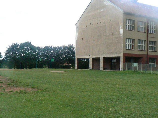 Hřiště za základní školou opraví přes léto za 700 tisíc.