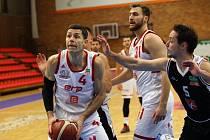 Sedm set zápasů. Takovou obrovskou porci utkání odehrál v české nejvyšší soutěži nymburský velezkušený basketbalista Petr Benda (s míčem)