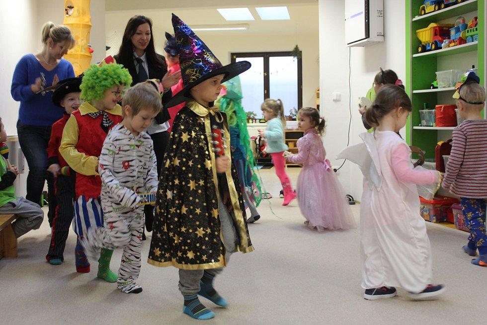 Děti ve školce oblékly masky a poznávaly Masopust.