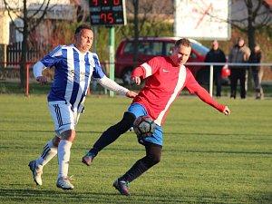 Fotbalisté Pátku (v červeném) se s týmem Sázavy nemazlili. Rozhodli už v prvním poločase, kdy vstřelili tři branky.
