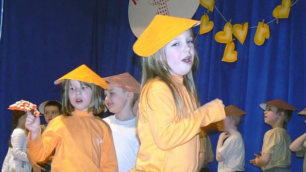 Děti tančily v maskách houbiček.
