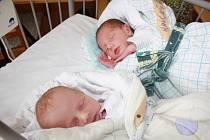 DRUHÁ DVOJČATA V TOMTO TÝDNU. Jonáš a Laura Kaučtí z Nymburka se narodili 15. července 2015 mamince Gabriele a tátovi Vlastimilovi. Jonáš – narozen v 9.21,  2 400 g a 44 cm. Laura – narozena 9.22 hodin, 2 480 g, 46 cm. Doma na ně čeká Kristian (4).