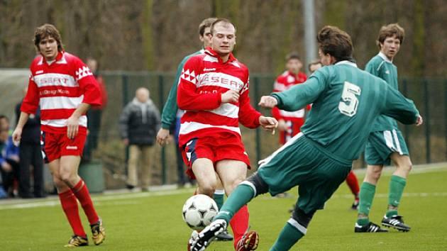 O dva góly Poděbrad se postaral Ivan Uhlíř (uprostřed v červeném)