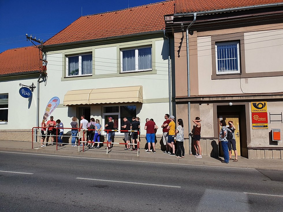 Fronta u zmrzlinárny v Kačici.