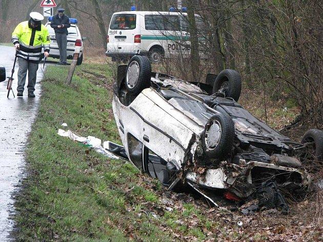 Pětadvacetiletá žena nezvládla řízení Peugeotu 205 na trase mezi Nymburkem a Babínem. Skončila v příkopu na střeše. Naštěstí vyvázla s lehčím zraněním.
