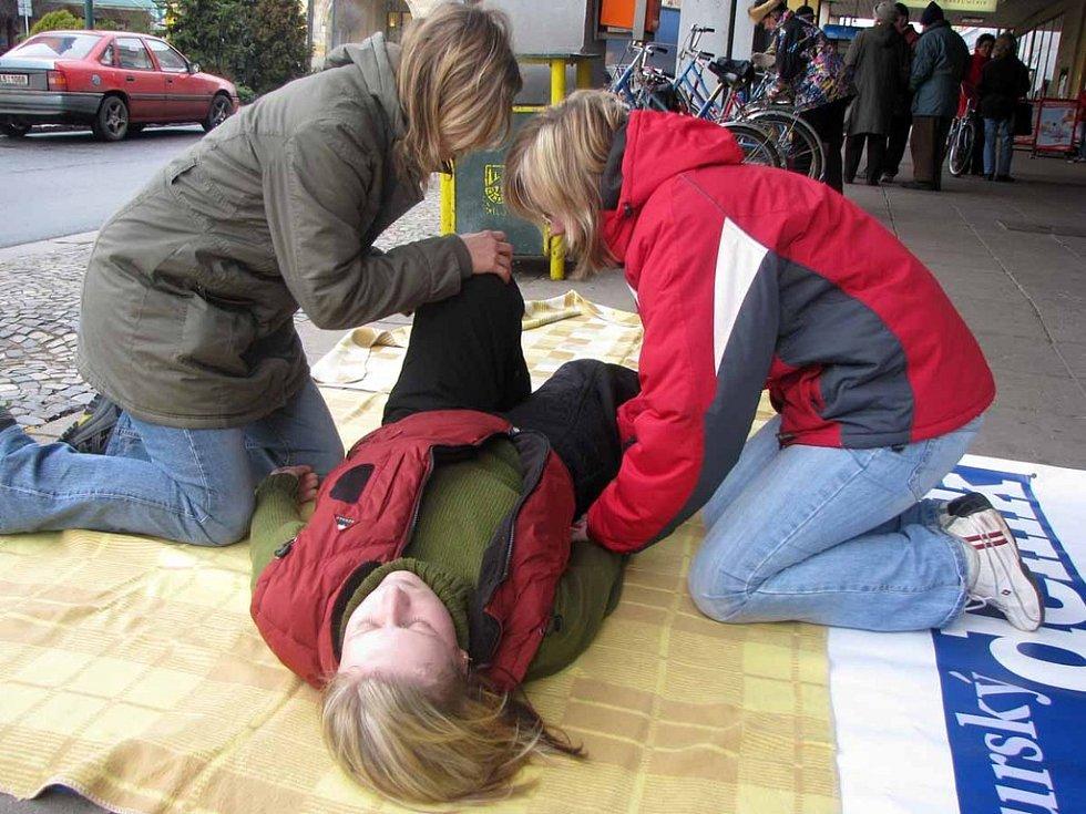 Studentky zdravotní školy předvedly, jak uložit člověka do stabilizované polohy.
