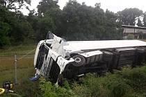 Nákladní automobil skončil po nehodě na boku.