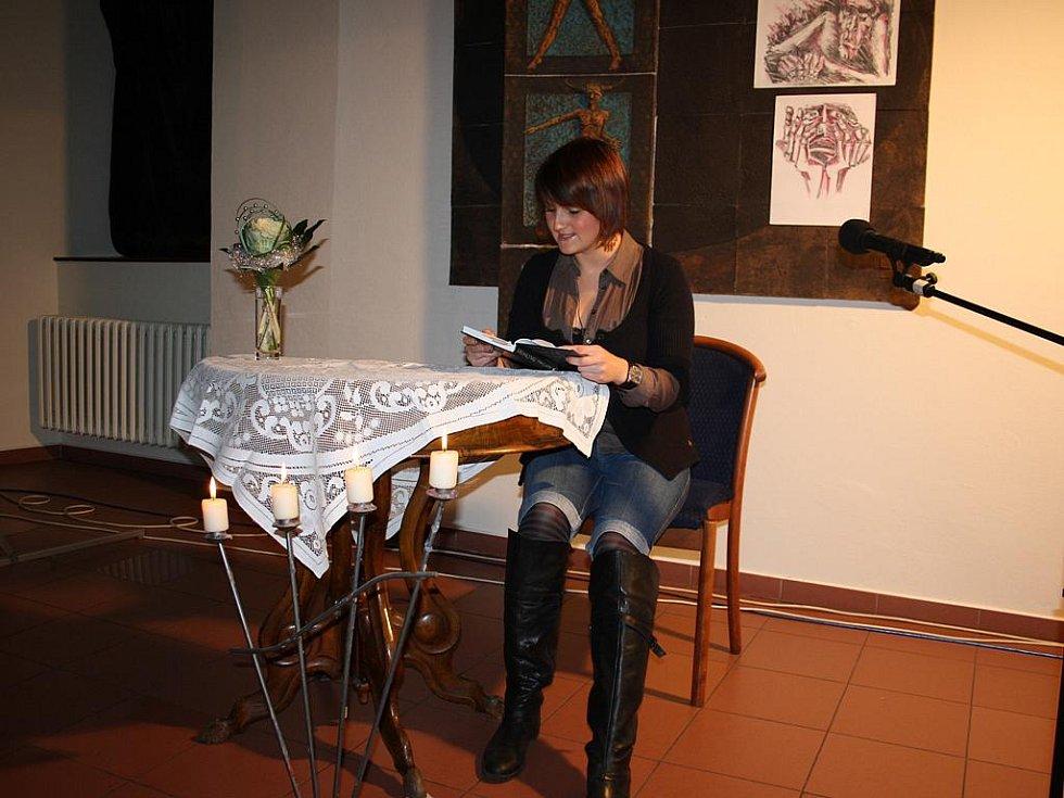 24 hodin čtení ve foyer divadla Na Kovárně.