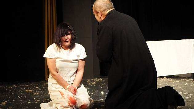 V poděbradském divadle Na Kovárně mělo premiéru slavné dílo Kladivo na čarodějnice.